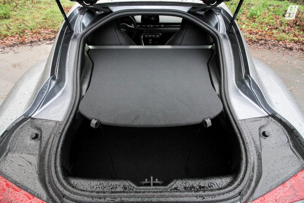 Wat Toyota veelbelovend benoemd als 'Active Sound Design' valt in realiteit ietwat tegen. Het interieur wordt overspoeld door fake uitlaatgeluid uit verschillende van de 12 speakers. Gelukkig went het enigszins wel, maar echt warm worden we er niet van. Jammer dat je zoiets niet kan uitschakelen.